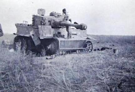 Zniszczone i bitwa uszkodzone pojazdy wojskowe - zdjęcia