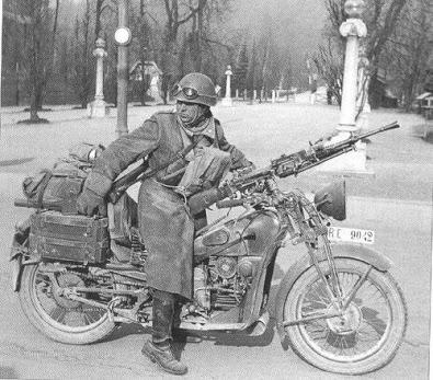 摩托车在战争册的照片
