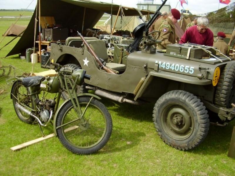 Royal Enfield moottoripyöriä sota - Kävellä